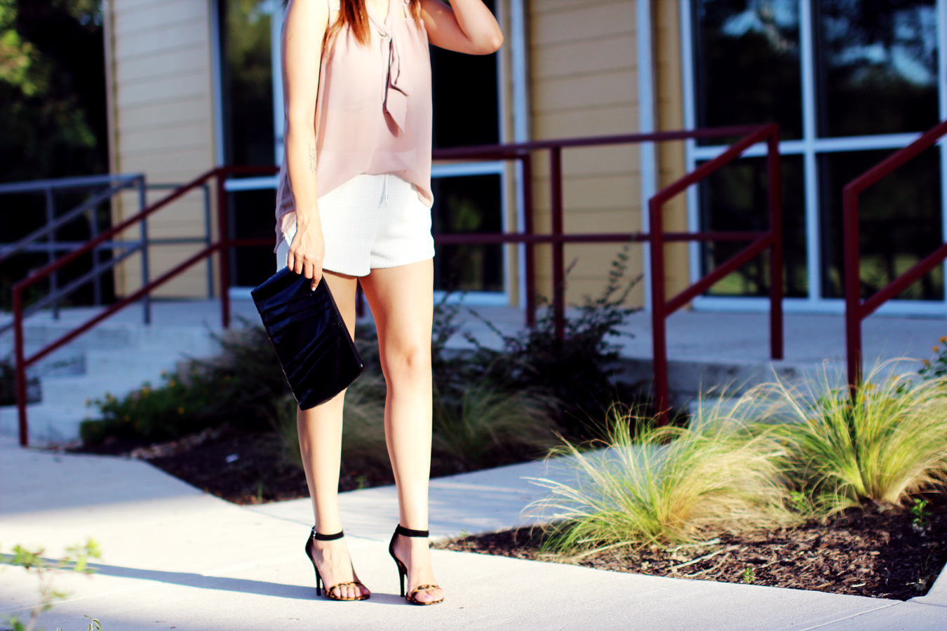 WHITE-SHORTS-ATHLETIC-NEUTRALS-GLAM-STYLIST-CLASSIC-SUMMER-STYLE-FIXIN-TO-THRILL-AUSTIN-FASHION-BLOG-TEXAS-3